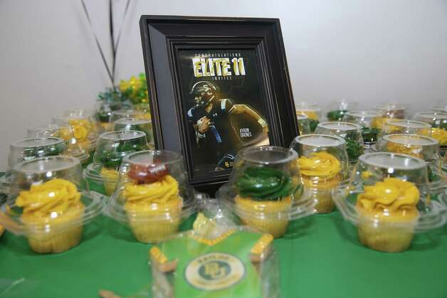 Cupcakes in green bf yellow are prepared for the signing ceremony of Shadow Creek's Kyron Drones Wednesday, Dec. 16, 2020, at Alvin ISD Heritage Complex in Rosharon. Drones is committed to Baylor University. Photo: Yi-Chin Lee, Staff Photographer / Houston Chronicle