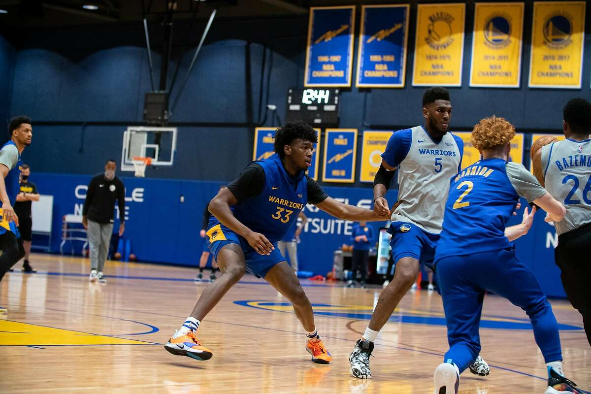 Golden State Warriors' James Wiseman (center) at practice at Chase Center in San Francisco, Calif. on Monday, Dec. 14, 2020.