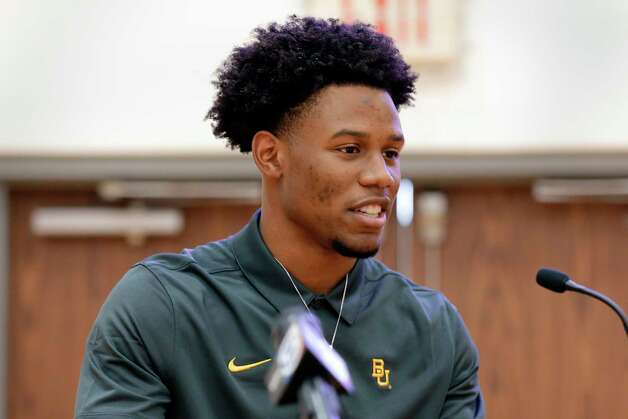 Cameron Bonner gives rewards during signing day ceremonies at the St. Thomas High School gymnasium Wednesday, Dec. 16, 2020 in Houston, TX. Bonner signed with Baylor University. Photo: Michael Wyke, Contributor / © 2020 Houston Chronicle