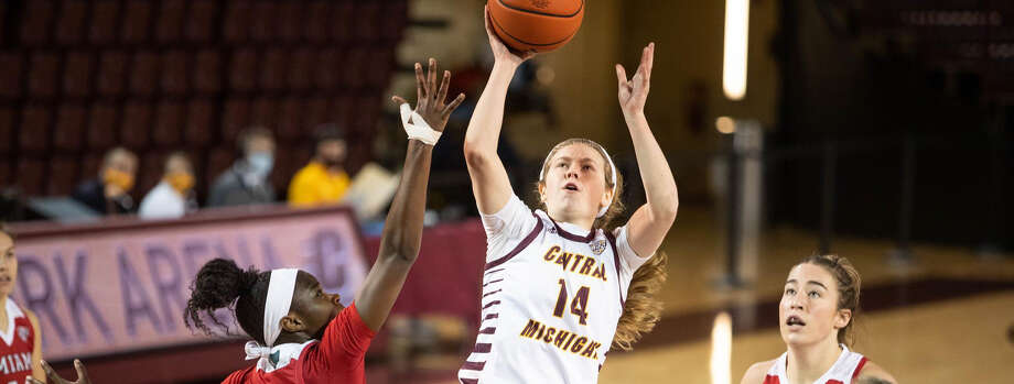 Central Michigan's Molly Davis puts up a runner during a Dec. 15, 2020 game against Miami of Ohio. Photo: Cmuchippewas.com