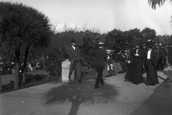 People gather in park, late 1906 early 1907, from the glass negatives