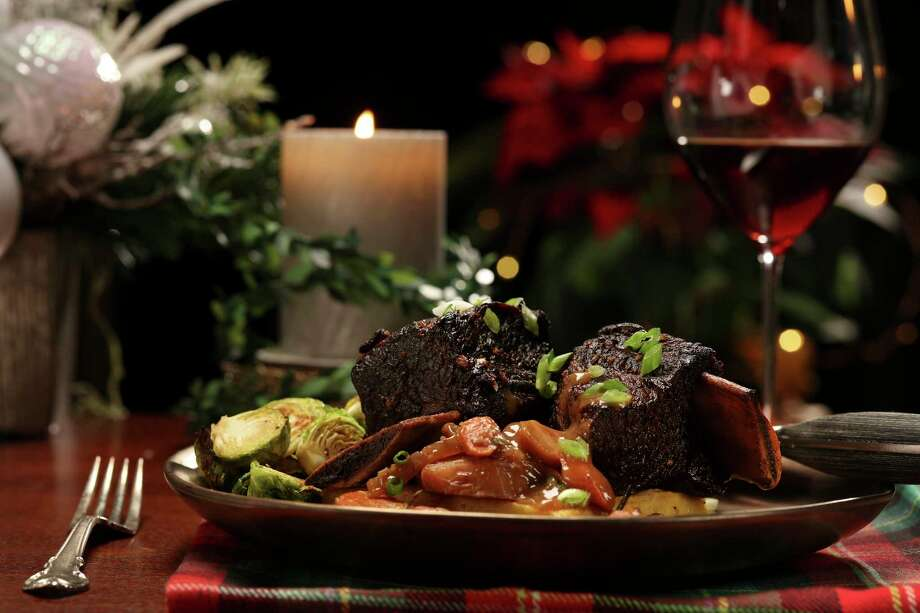 Beef short ribs Christmas dinner, prepared and styled by Shannon Kinsella, in the test kitchen, on Tuesday Nov. 24, 2020. Beef short ribs feel as festive as restaurant fare, making them a stellar choice for the holiday table. (Abel Uribe/TNS) / Chicago Tribune
