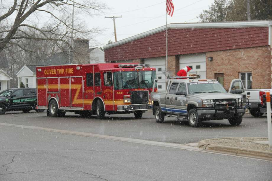 Santa Claus made a special visit to Elkton on Saturday afternoon, saying hello to the kids in the village. Santa was escorted by an Oliver Township fire truck, Elkton Police cars, and other cars handing out bags of candy. Photo: Robert Creenan/Huron Daily Tribune