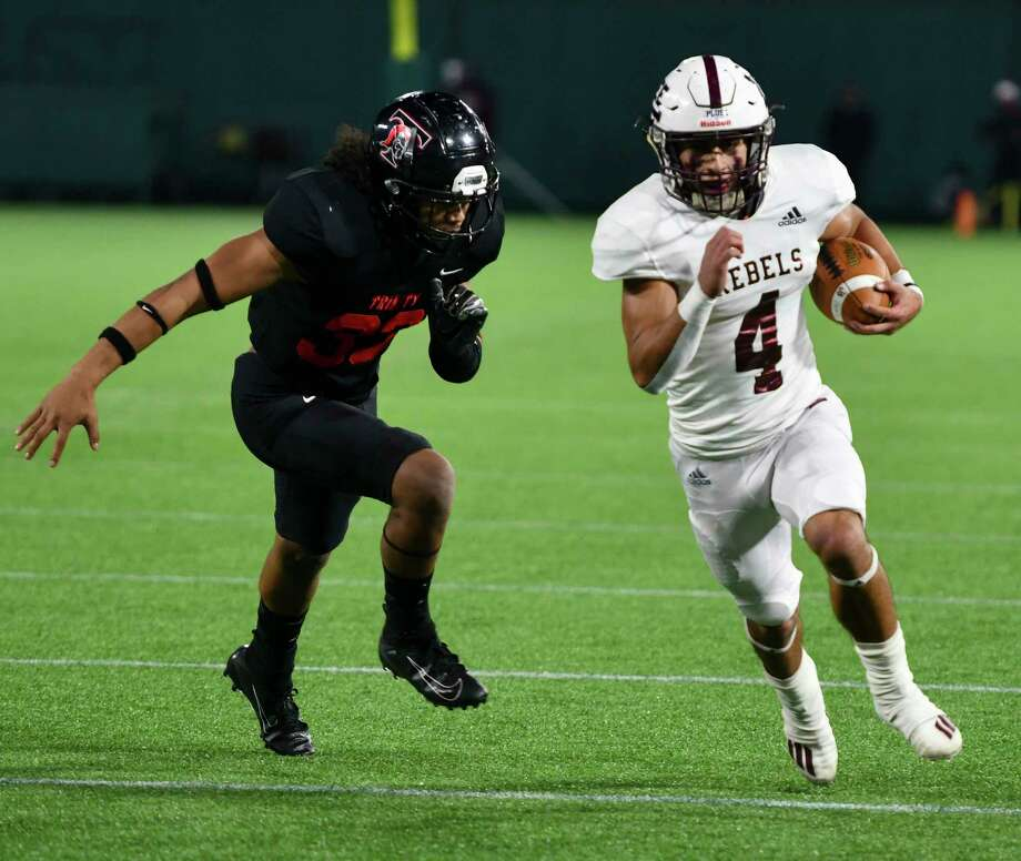 Lee's Mikey Serrano (4) runs in for a touchdown as Trinity's Siosifa Leota (33) closes in Saturday, Dec. 19, 2020 at Globe Life Park in Arlington. Jacy Lewis/Reporter-Telegram Photo: Jacy Lewis/Reporter-Telegram