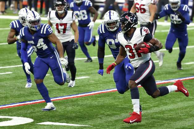 Houston Texans running back David Johnson (31) runs the ball around the end chased by Indianapolis Colts middle linebacker Anthony Walker (54) during the first half of an NFL football game at Lucas  Field Sunday, Dec. 20, 2020, in Indianapolis. Photo: Brett Coomer, Staff Photographer / © 2020 Houston Chronicle