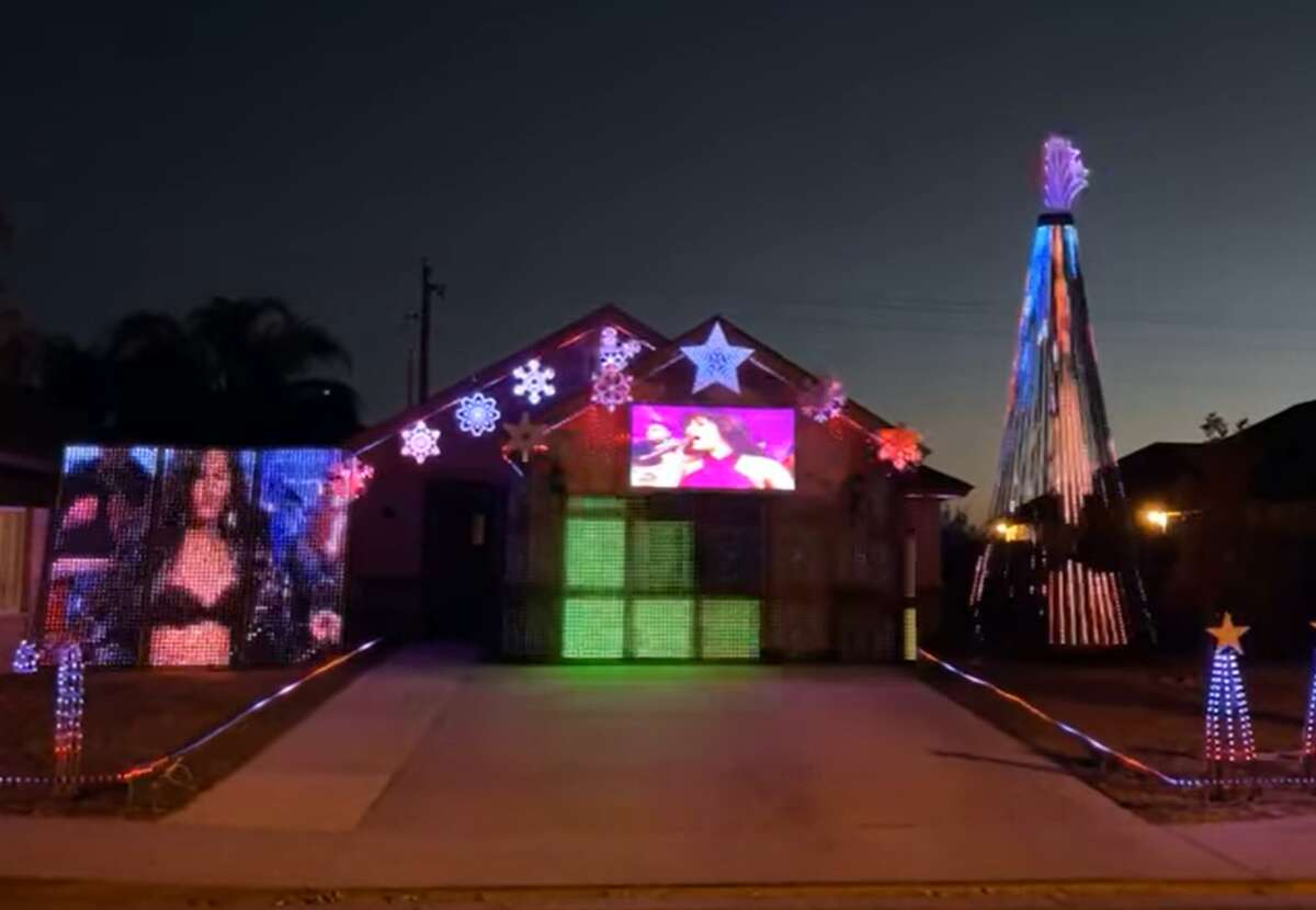 A Laredo home honored Selena in its Christmas lights display - and people on Facebook are loving it.
