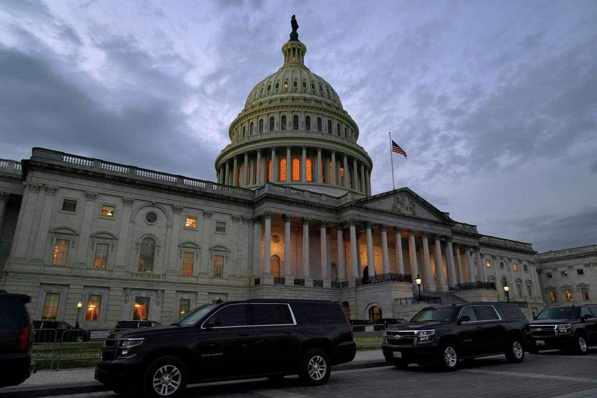 Esta fotografía del lunes 21 de diciembre de 2020 muestra el Capitolio al atardecer, en Washington.