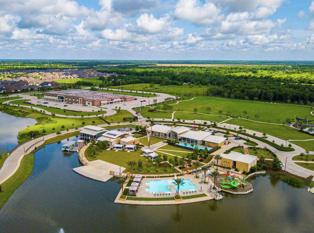Meridiana's features include the onsite Oasis Village and Meridiana Elementary School in addition to Cafe Sol, parks and trails.