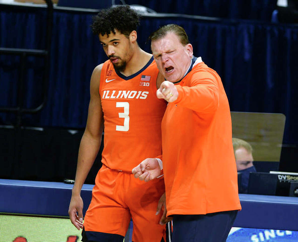 Illinois coach Brad Underwood talks to Jacob Grandison during Wednesday's Big Ten game in State College, Pa.