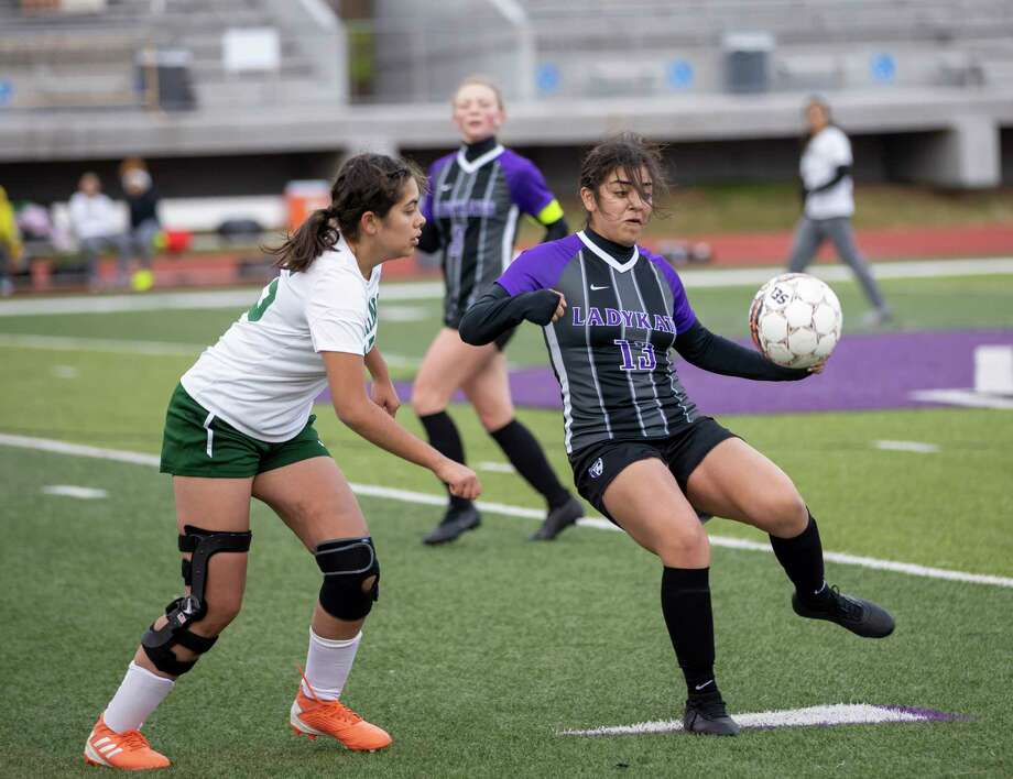 Willis forward Ashley Miranda (13) attempts to take control of a throw-in with Spring High School player nearby in a Kat Cup game in Willis on Saturday, Jan. 11, 2020. Photo: Gustavo Huerta, Houston Chronicle / Staff Photographer / Houston Chronicle