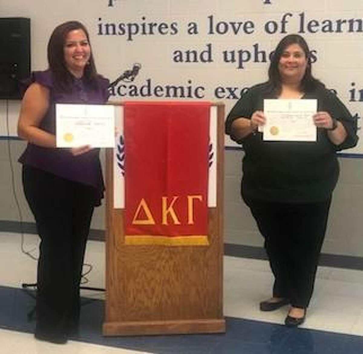 Kayla Cruz y la Dra. Ari González posan para una fotografía durante una ceremonia de inducción como nuevas integrantes de Delta Kappa Gamma Society International Alpha Nu Chapter en Laredo a principios de noviembre.