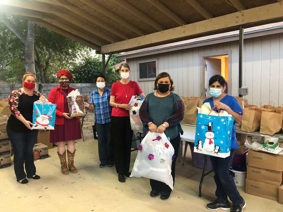 Integrantes de la organización Delta Kappa Gamma Society International Alpha Nu Chapter en Laredo emtregó mantas y botines a Mercy Ministries recientemente.