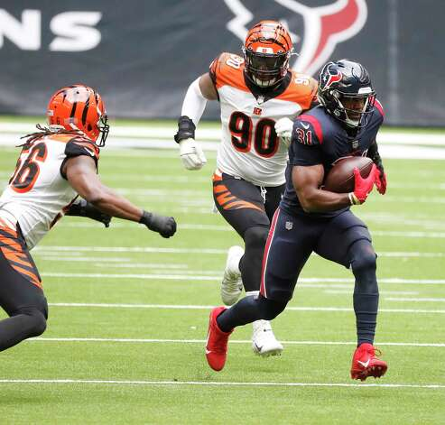 Houston Texans running back David Johnson (31) runs the ball as he was chased by Cincinnati Bengals middle linebacker Josh Bynes (56) and defensive end Khalid Kareem (90) during the second quarter of an NFL football game at NGR Stadium, Sunday, December 27, 2020, in Houston. Photo: Karen Warren, Staff Photographer / © 2020 Houston Chronicle