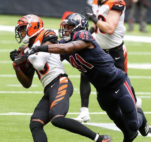 Cincinnati Bengals running back Trayveon Williams (32) runs the ball against Houston Texans inside linebacker Zach Cunningham (41) during the second quarter of an NFL football game at NGR Stadium, Sunday, December 27, 2020, in Houston. Photo: Karen Warren, Staff Photographer / © 2020 Houston Chronicle