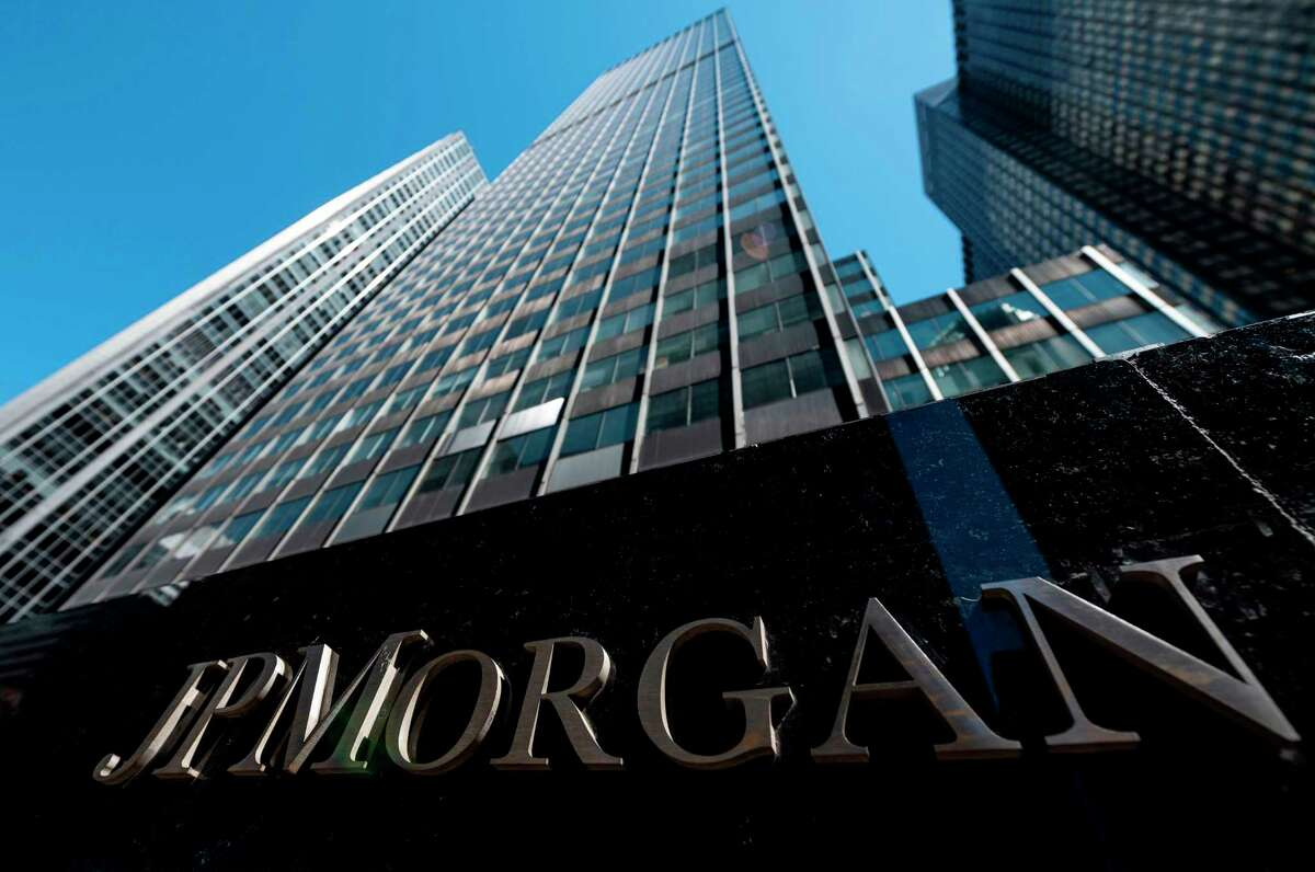 JPMorgan Chase is urging the incoming Biden administration to support additional aid to people left jobless by the Covid-19 pandemic as a way to address income inequality, a banking source said Dec. 7, 2020.