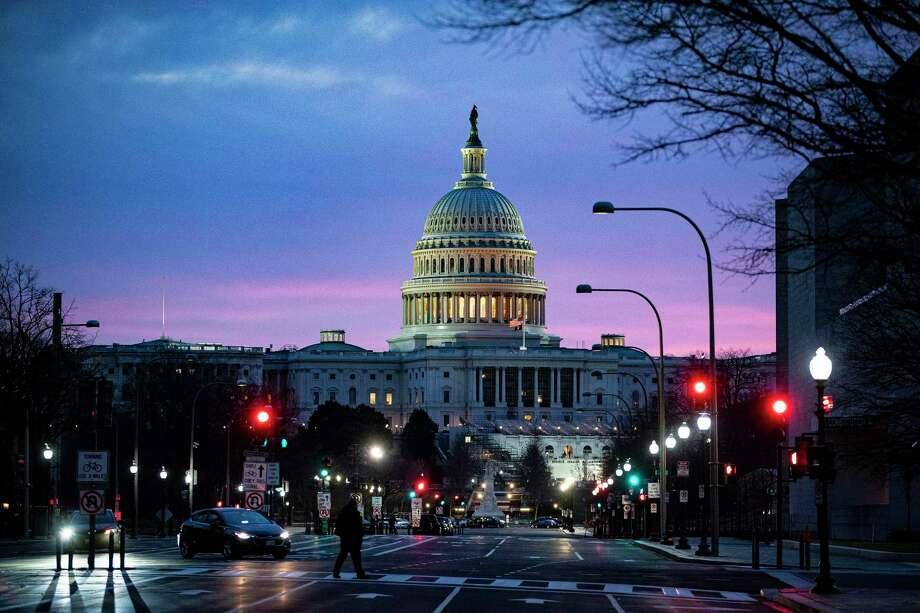 El Capitolio al amanecer en Washington el lunes 28 de diciembre de 2020. El proyecto de ley de estímulo de 900 mil millones de dólares que el presidente Trump finalmente firmó como ley el domingo por la noche va mucho más allá de proporcionar los cheques de 600 de dólares que se convirtieron en un gran obstáculo para lograr que la legislación terminara. Photo: AL DRAGO /NYT / NYTNS