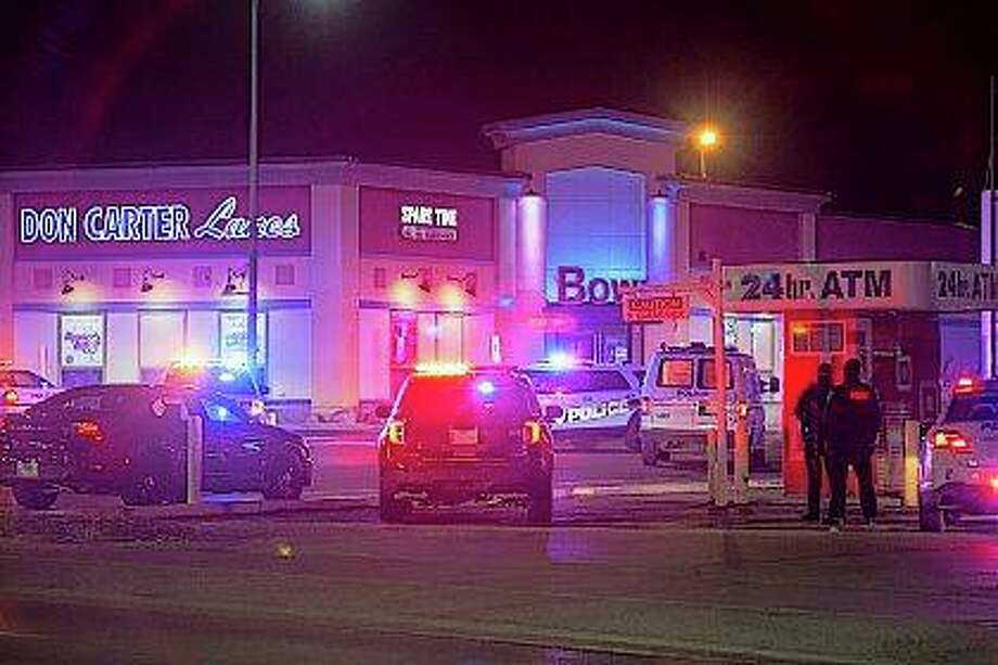 Rockford police and other law enforcement agencies investigate the scene of a shooting Saturday at Don Carter Lanes bowling alley in Rockford. Photo: Scott P. Yates | Rockford Register Star Via AP