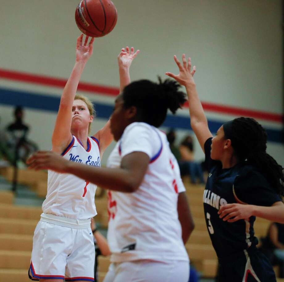 Oak Ridge guard Nikki Petrakovitz (1), shown here in a game last month, netted a game-high 32 points in the Lady War Eagles win over Lake Creek Tuesday afternoon. Photo: Jason Fochtman, Houston Chronicle / Staff Photographer / 2020 © Houston Chronicle