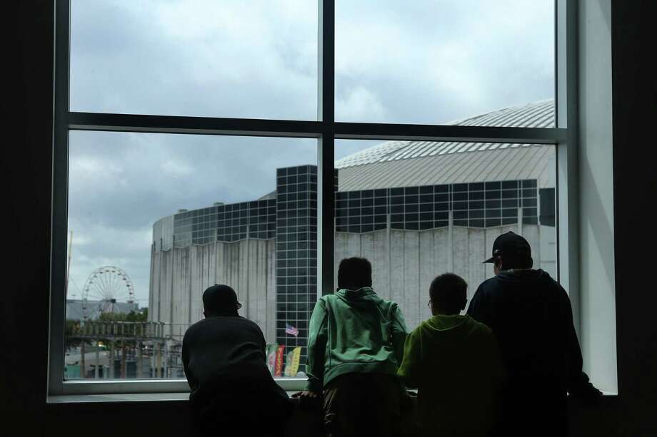 Kids look out of the window from the NRG Center at the Astrodome and Carnival outside at Rodeo Houston, Thursday, March 9, 2017, in Houston. ( Mark Mulligan / Houston Chronicle ) Photo: Mark Mulligan, Staff / Houston Chronicle / © 2017 Houston Chronicle
