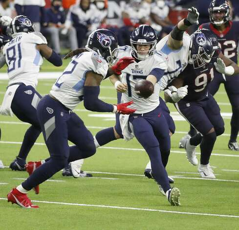 Tennessee Titans quarterback Ryan Tannehill (17) hands the ball off to Tennessee Titans running back Derrick Henry (22) during the third quarter of an NFL football game Sunday, Jan. 3, 2021, at NRG Stadium in Houston . Photo: Karen Warren/Staff Photographer / © 2021 Houston Chronicle