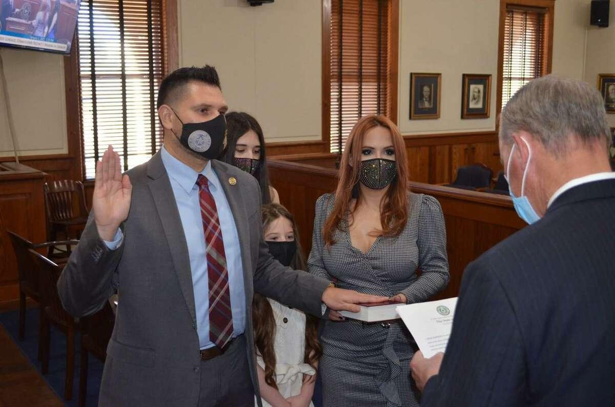 En una ceremonia especial practicando las pautas de seguridad, el Comisionado del Condado de Webb, Jesse González, fue juramentado oficialmente para su segundo mandato por el representante estatal de la Cámara de Representantes de Texas, Tracy O. King.