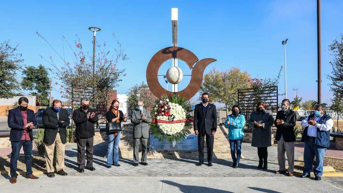 El presidente municipal de Nuevo Laredo, México, Enrique Rivas Cuéllar, encabezó una guardia de honor en el Monumento al Periodista para celebrar el Día del Periodista, el lunes 4 de enero de 2021. La celebración fue dedicada a los comunicadores que perdieron la vida el año pasado, algunos por complicaciones de COVID-19.