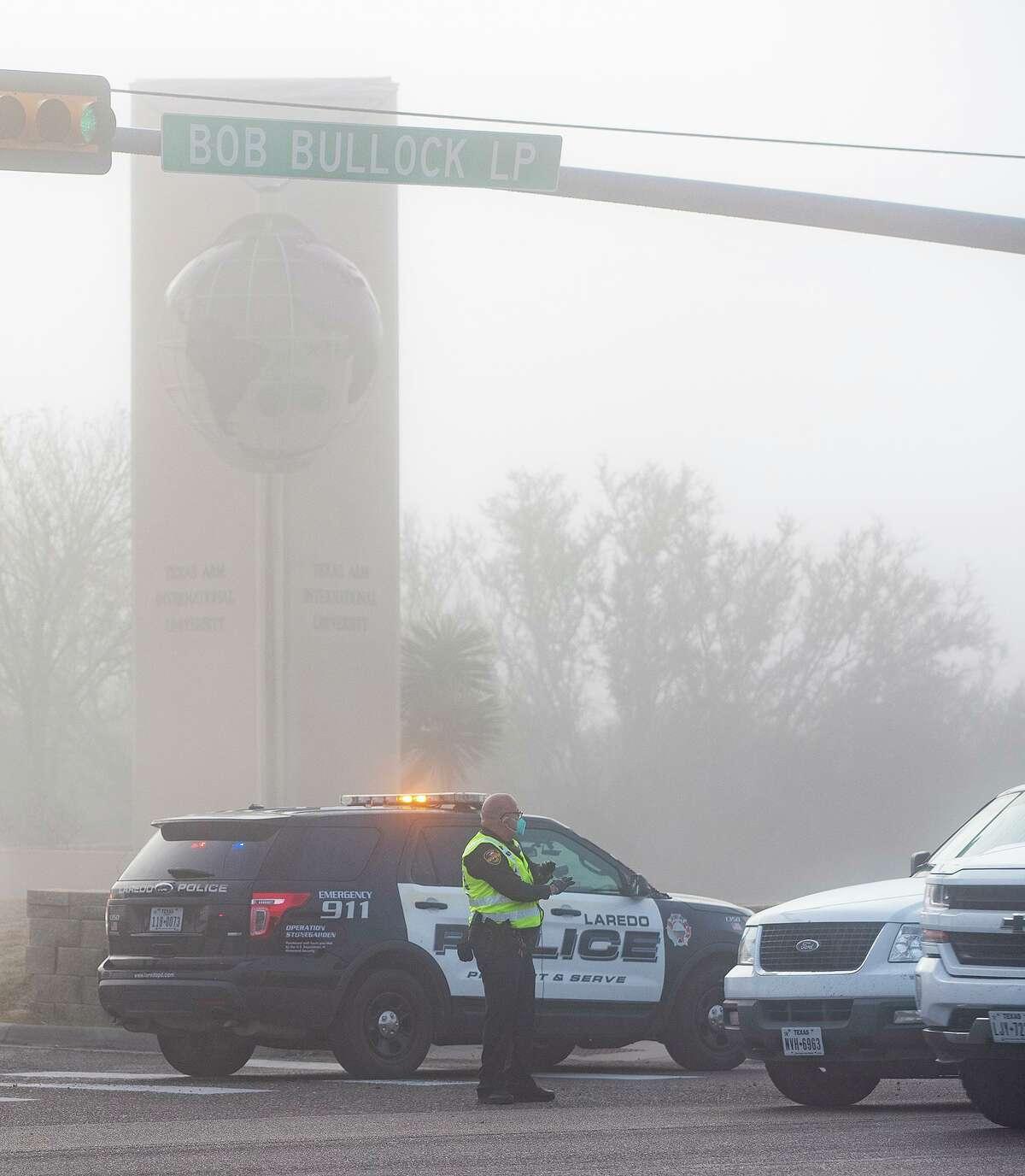 Oficiales de la policía de Laredo dirigen el tráfico en la entrada de TAMIU el lunes 4 de enero de 2021.