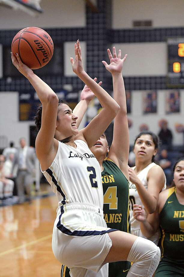 The Alexander girls' basketball team has suspended play until at least Jan. 18 due to COVID-19. Photo: Cuate Santos /Laredo Morning Times File / Laredo Morning Times