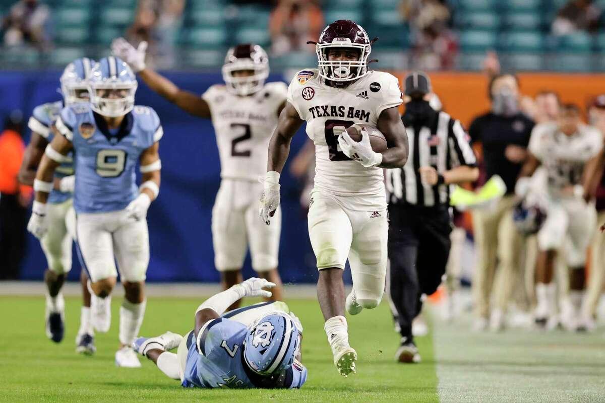 Texas A&M running back Devon Achane (6) beats a path for the end zone on a 76-yard run in the fourth quarter of the Aggies' 41-27 Orange Bowl triumph over North Carolina.