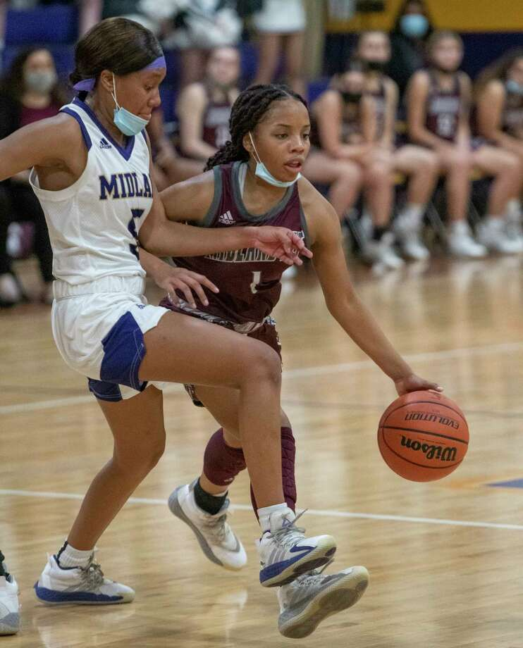 Lee High's Myleah Young looks to drive the lane as Midland High's MaKayla Williams blocks her 01/05/2021 at the Midland High gym. Tim Fischer/Reporter-Telegram Photo: Tim Fischer, Midland Reporter-Telegram