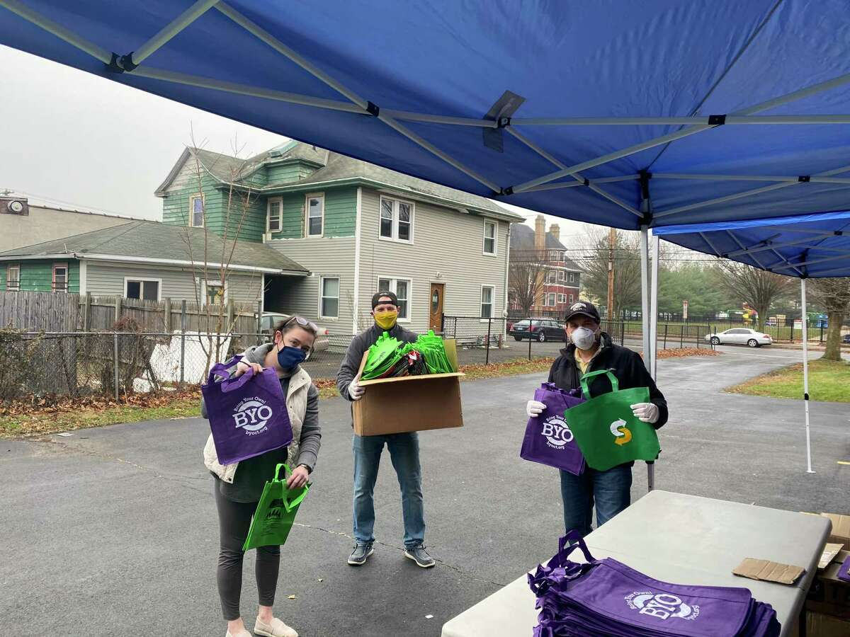 Citizens Campaign for the Environment (CCE) partnered with BYOCT (Bring Your Own Connecticut) and the CT Food Bank recently for a safe, socially-distant reusable bag giveaway in New Haven