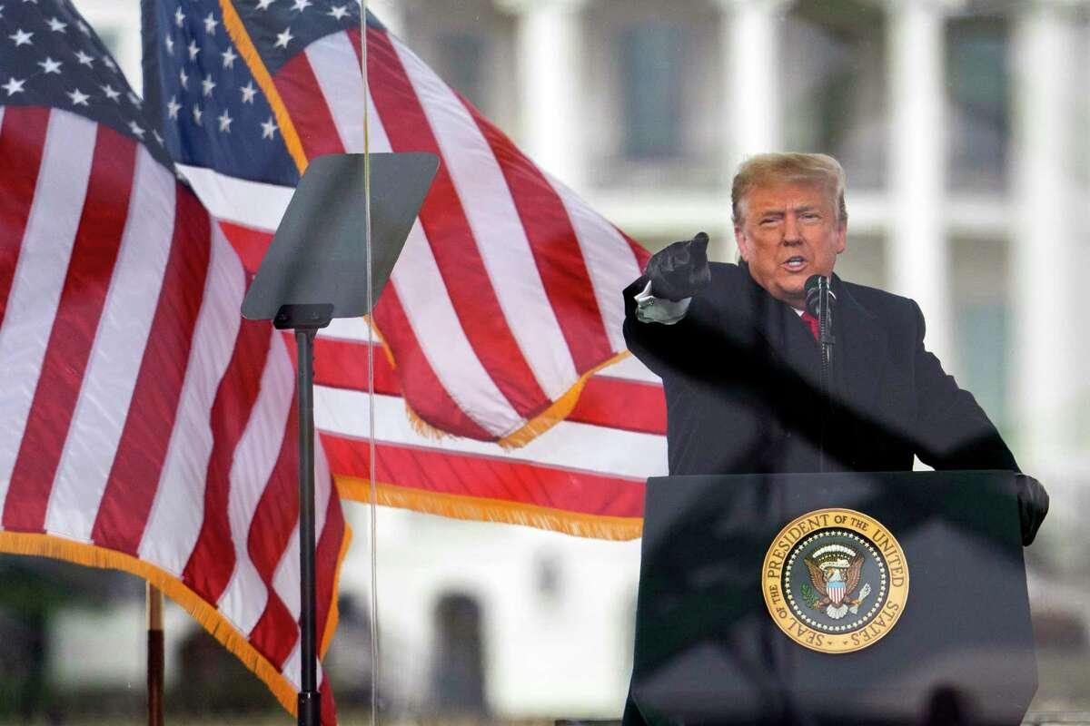El presidente de Estados Unidos, Donald Trump, habla durante una marcha protestando por la certificación de la victoria electoral de Joe Biden en las elecciones presidenciales, el miércoles 6 de enero de 2021 en Washington.