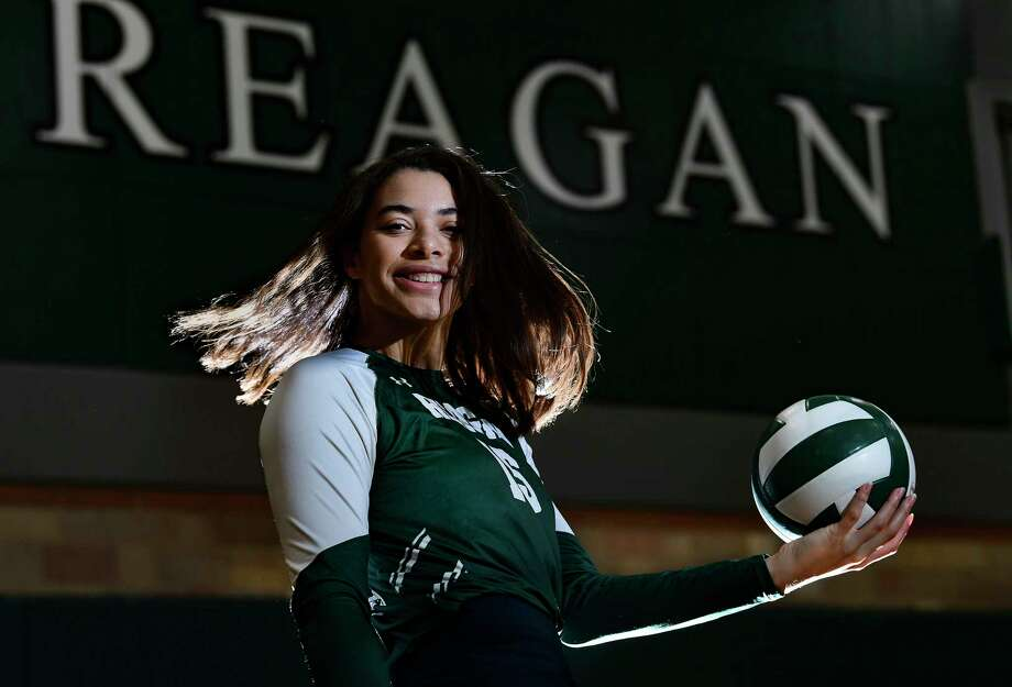 Nyah Anderson of Reagan High School is the Express-News Volleyball Player of the Year. She has a photo session in the school gym on Tuesday, Jan. 5, 2020. Photo: Billy Calzada, Staff / Billy Calzada / `