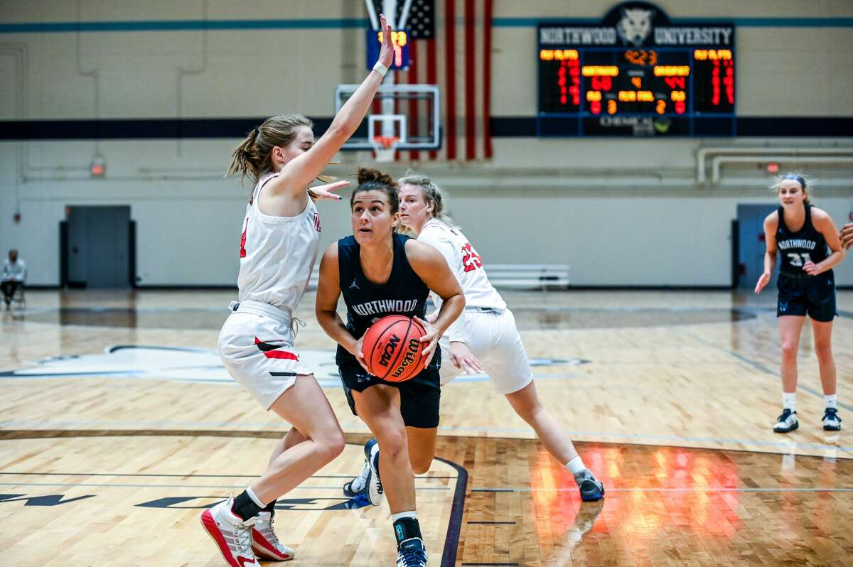 Northwood's Maizie Taylor looks prepares to lay it up during Saturday's game against Davenport, Jan. 9, 2021.
