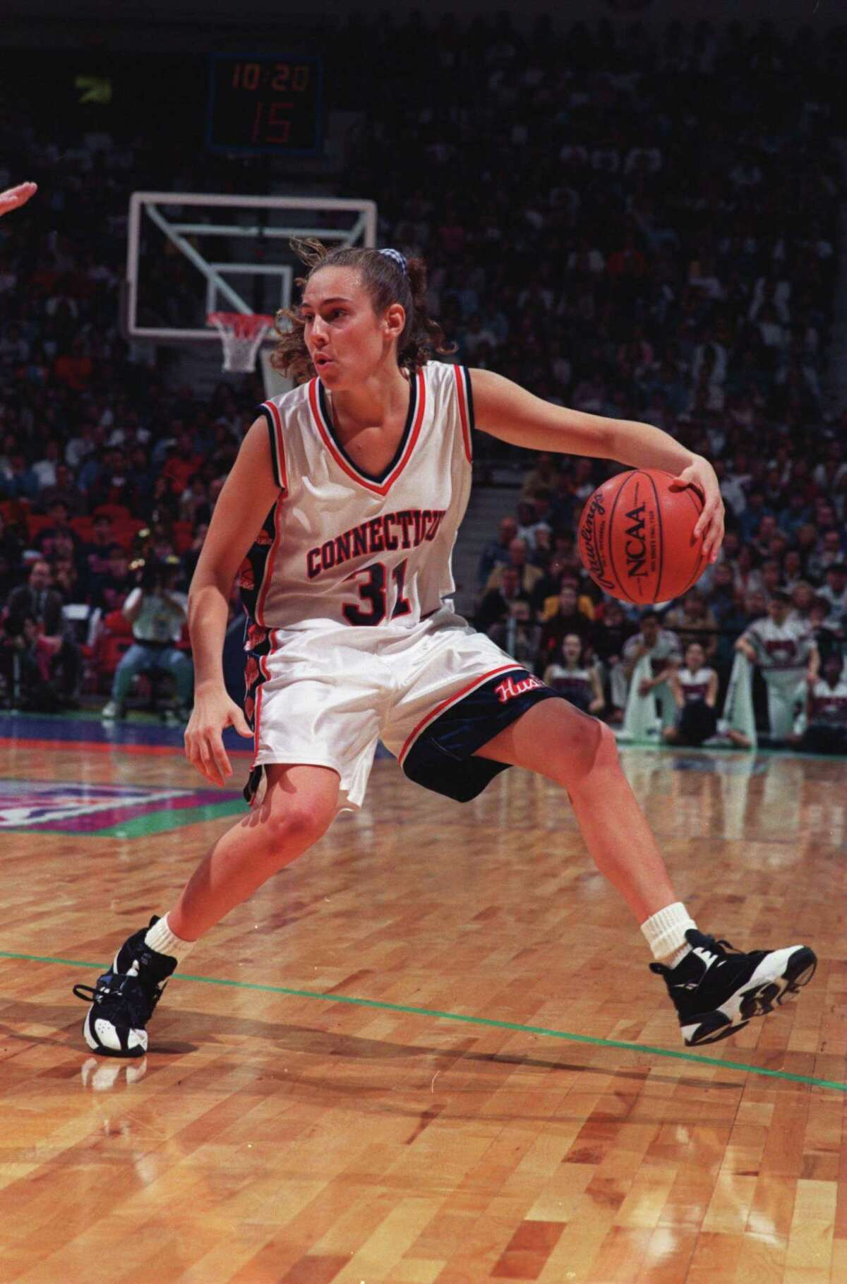 1 APR 1995: CARLA BERUBE OF THE UNIVERSITY OF CONNECTICUT LOOKS TO MAKE A PLAY DURING THEIR 70-64 WIN OVER TENNESSEE IN THE 1995 NCAA CHAMPIONSHIP GAME AT THE TARGET CENTER IN MINNEAPOLIS, MINNESOTA. Mandatory Credit: Jonathan Daniel/ALLSPORT