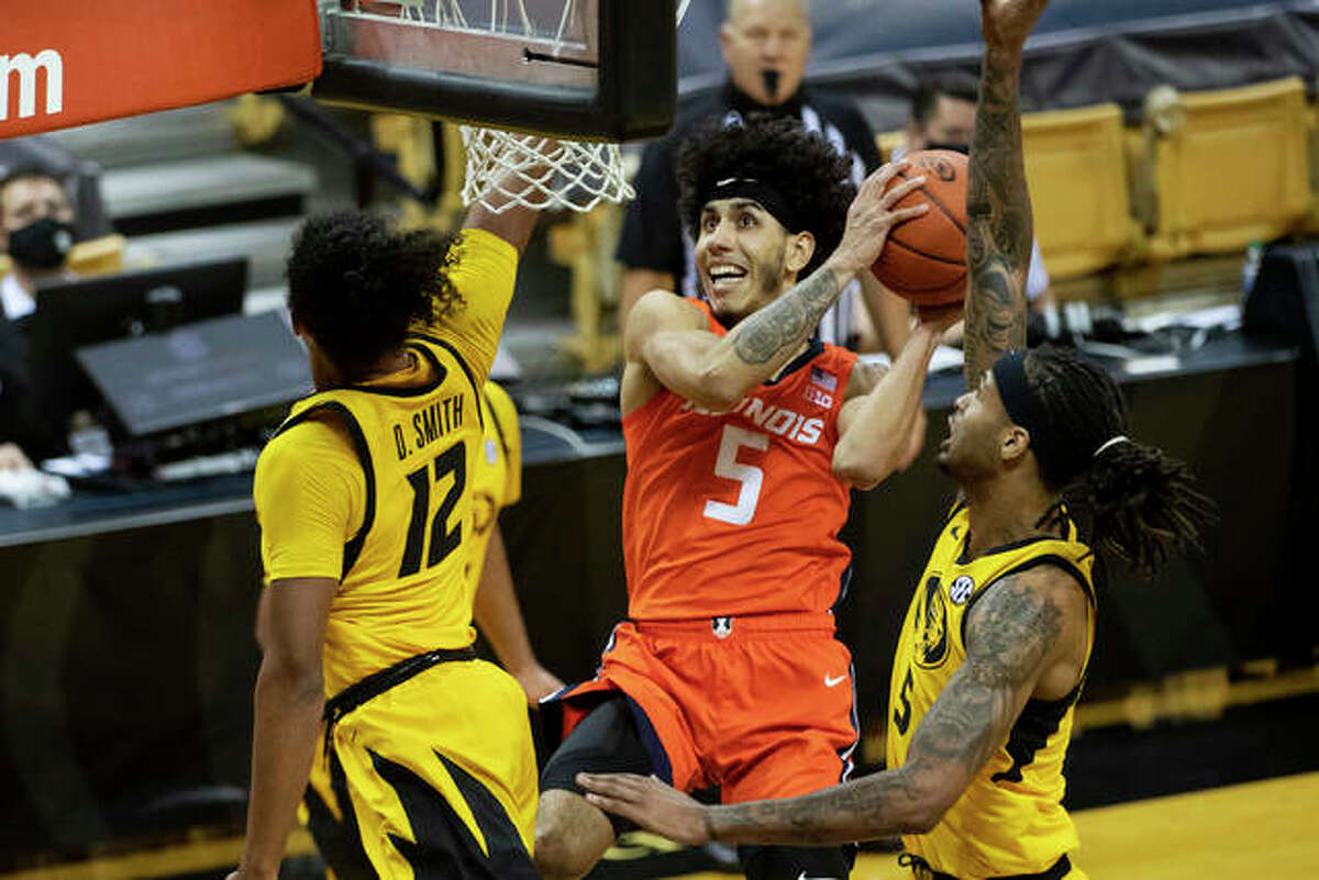 Illinois' Andre Curbelo, center, shoots between Missouri's Dru Smith, left, and Mitchell Smith, right, during the first half of an NCAA college basketball game Saturday, Dec. 12, 2020, in Columbia, Mo.