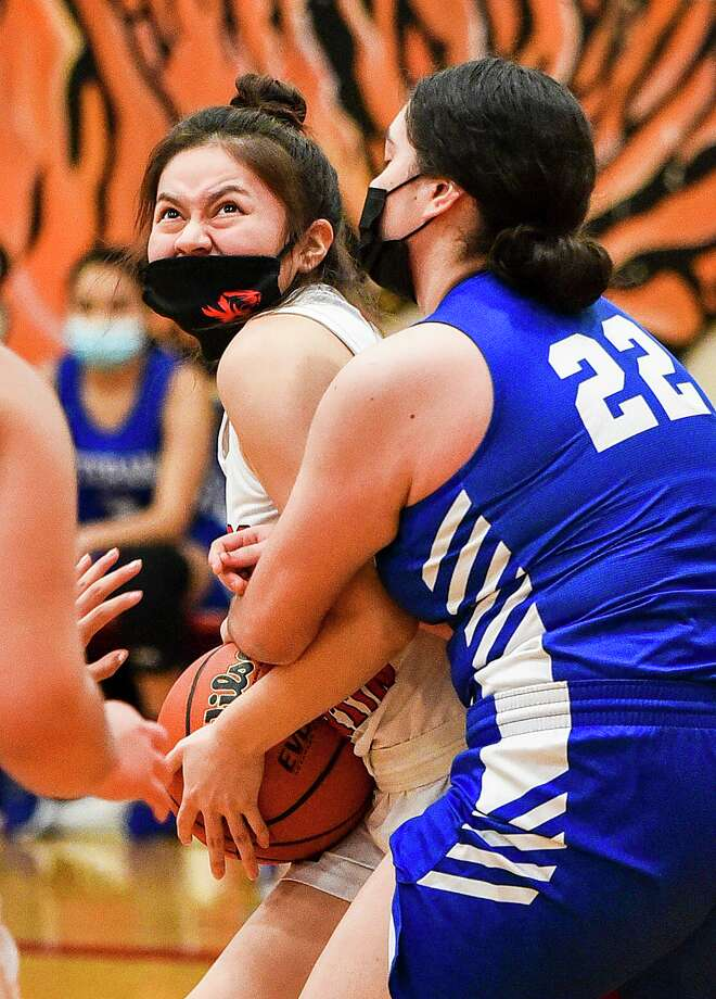 Daina Garcia and Martin rallied from an early deficit to beat Mission Veterans Memorial 41-28 at home Tuesday for the Lady Tigers' second straight victory. Photo: Danny Zaragoza / Laredo Morning Times