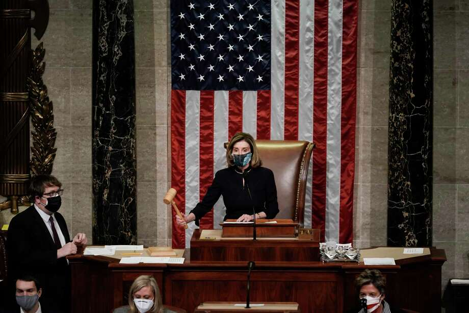 La presidenta de la Cámara de Representantes Nancy Pelosi señala el final de la votación de juicio político contra el presidente Donald Trump, el miércoles 13 de enero de 2021, en Washington. Photo: J. Scott Applewhite /Associated Press / Copyright 2021 The Associated Press. All rights reserved