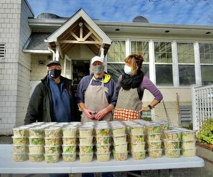 Ο Έλληνας ιδιοκτήτης ελιάς Τόνι Αντωνάκης μετά από παράδοση 150 μπολ ελπίδας στην κοινοτική τραπεζαρία, με τον εθελοντή Tony Latimore (κέντρο) και τη συντονιστή κουζίνας CDR Mary Johnston