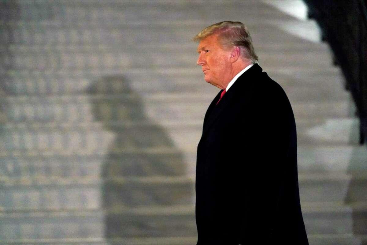 El presidente Donald Trump llega al Jardín Sur de la Casa Blanca, en Washington, luego de regresar de Texas, el 12 de enero de 2021.