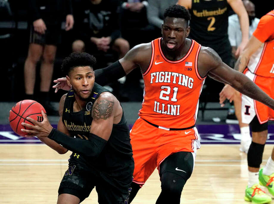 Northwestern guard Anthony Gaines, left, looks to pass against Illinois center Kofi Cockburn during the second half of an NCAA college basketball game in Evanston, Ill., Thursday, Jan. 7, 2021. Photo: Associated Press