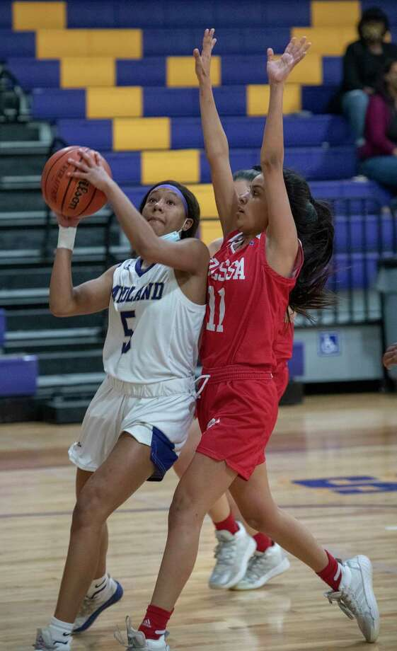 Midland High's MaKayla Williams drives the lane and puts up a shot in front of Odessa High's Melina Escogido 01/15/2021 at the Midland High gym. Tim Fischer/Reporter-Telegram Photo: Tim Fischer, Midland Reporter-Telegram