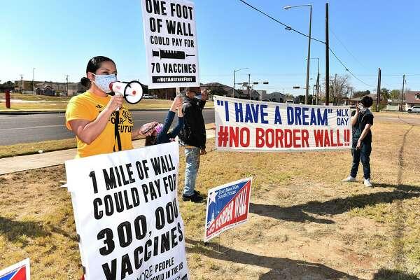 La activista y organizador de la coalición No Border Wall Coalition Tannya Benavides, hace un llamado para destinar fondos al cuidado de la salud en lugar de financiar un muro fronterizo, el domingo 17 de enero de 2021, cerca de Laredo Medical Center sobre la calle Bustamante.