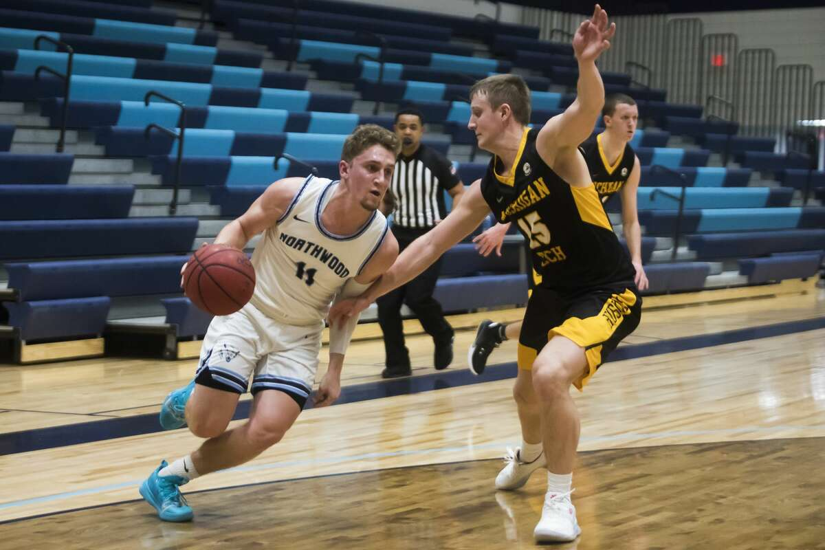 Northwood's Jack Ammerman heads to the rim during a Jan. 15, 2021 game against Michigan Tech.
