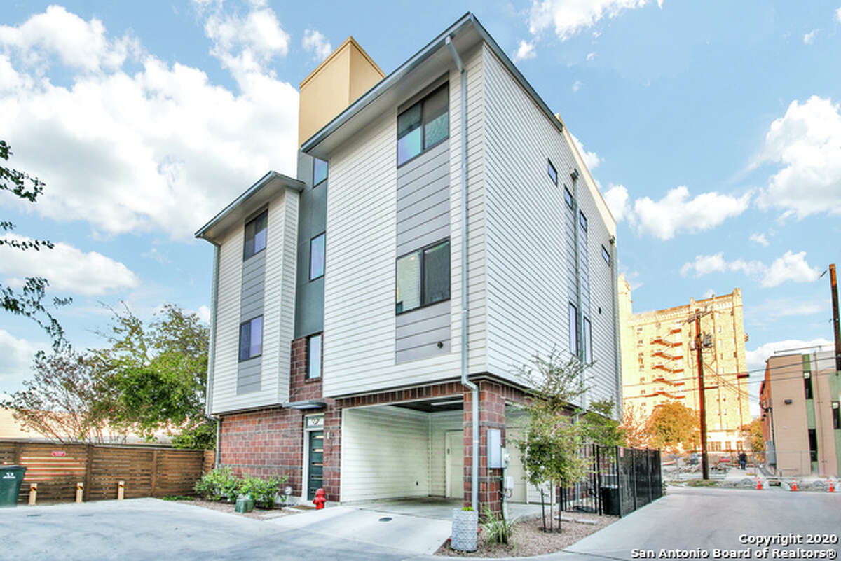 The Modern at Crockett Park is minutes from The Pearl, the River Walk and numerous bars and restaurants.
