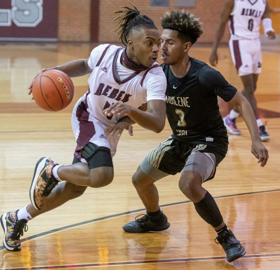 Lee High's Elijah Maxwell looks to drive around Abilene High's Jalen McGee 01/19/2021 at the Lee High gym. Tim Fischer/Reporter-Telegram Photo: Tim Fischer, Midland Reporter-Telegram