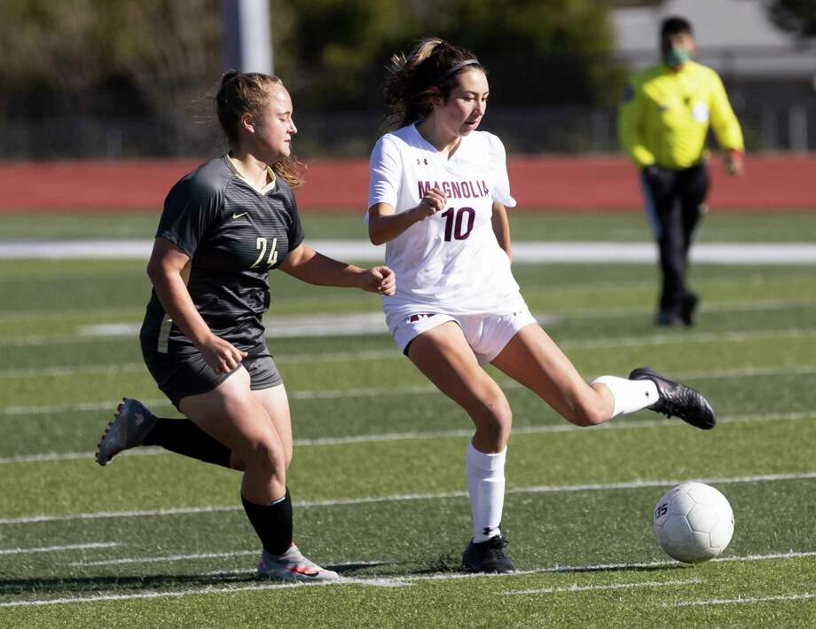 Magnolia midfielder Laney Gonzales (10), shown here last week against Conroe, had an assist against College Station Tuesday night. Photo: Gustavo Huerta, Houston Chronicle / Staff Photographer / 2020 © Houston Chronicle