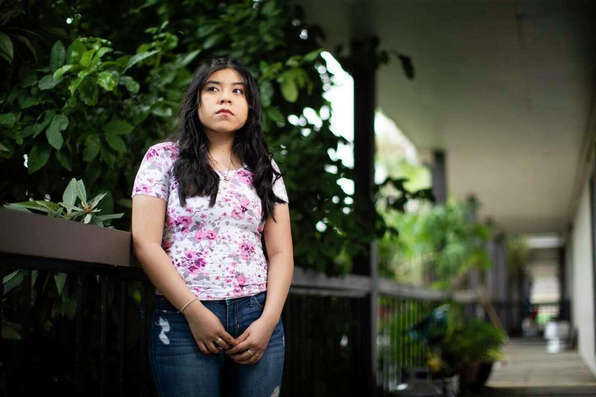 Anahi Lagunas Ausencio, de 19 años, frente a su casa en Houston el viernes 24 de julio de 2020. Lagunas Ausencio es una de las docenas de demandantes en una nueva demanda que intenta obligar a la administración Trump a aceptar nuevas solicitudes de DACA. Está estudiando enfermería en Lone Star College, pero no puede convertirse en enfermera sin un permiso de trabajo de DACA.