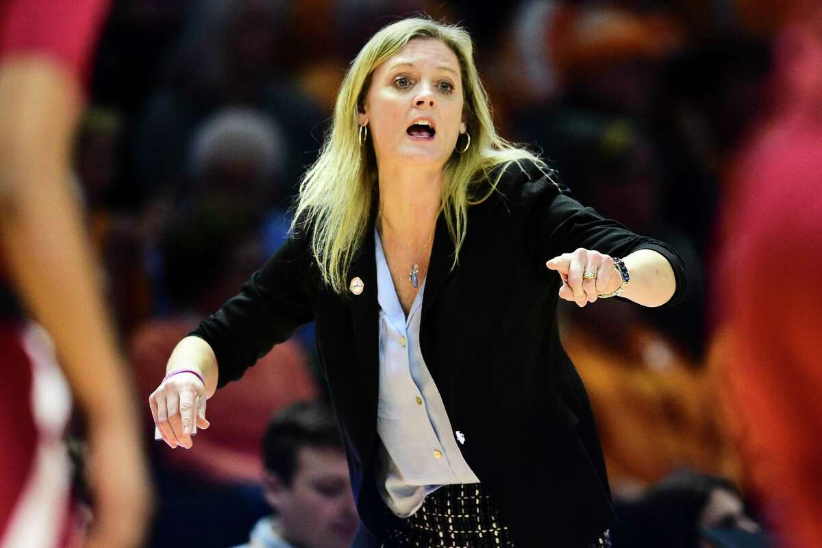 Tennessee coach Kellie Harper and the No. 25 Lady Vols host No. 3 UConn on Thursday.