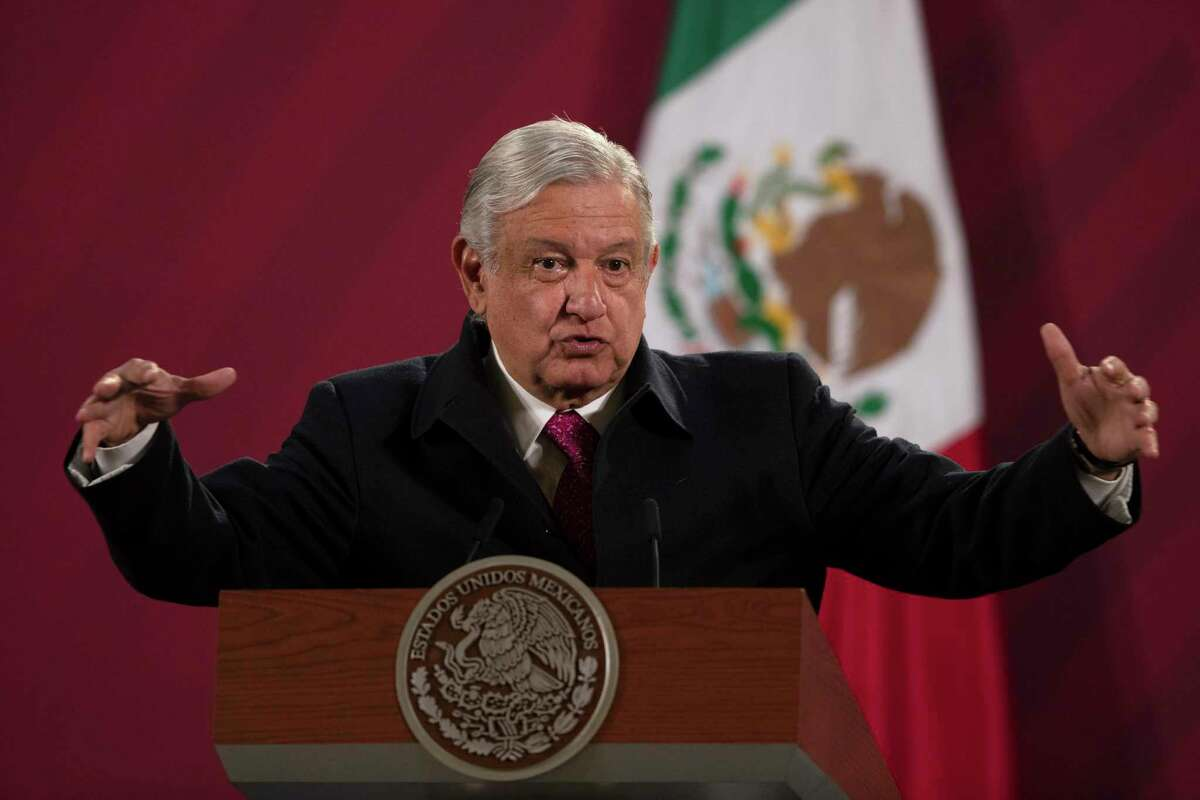 En esta fotografía de archivo del 18 de diciembre de 2020, el presidente mexicano Andrés Manuel López Obrador da su conferencia de prensa matutina diaria en el Palacio Nacional, en la Ciudad de México.